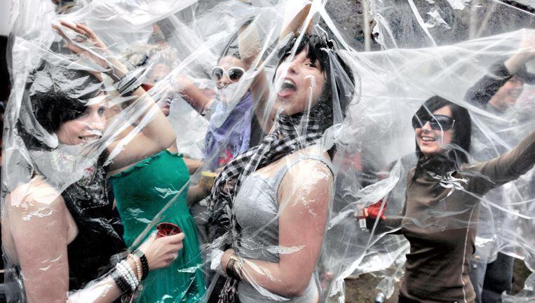Dansen onder plastic vanwege de regen op Awakenings in 2007. Beeld null