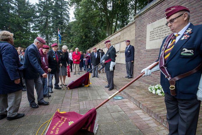 Een bijzondere herdenking in Ede in 2019. Veteranen leggen kransen bij het Mausoleum ter nagedachtenis van verzetsstrijders die hebben geholpen bij 'Operatie Pegasus' waarbij  achtergebleven Britten na de Slag om Arnhem over de Rijn werden gebracht naar bevrijd gebied.