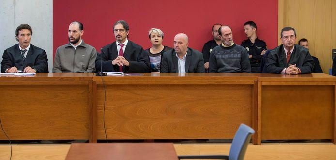 Tweede van links Juan Cuenca. Vierde en vijfde van links de twee Roemeense onderwereldfiguren.