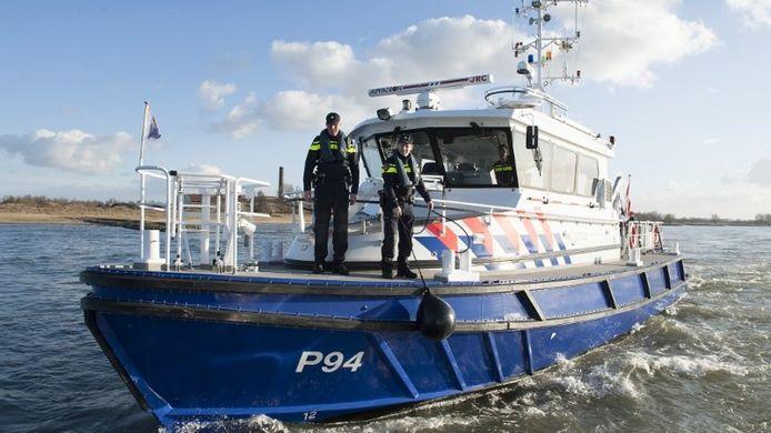 De gealarmeerde zeehavenpolitie arresteerde de verdachten nadat alarm was geslagen over vermoedelijke drugssmokkelaars.