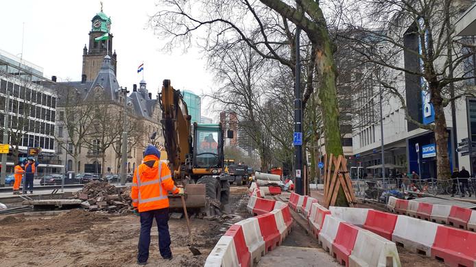 Het oude asfalt wordt nu weggehaald om plaats te maken voor een nieuwe afslag naar de Kruiskade, in de stijl van de nieuwe  Coolsingel met trottoirs van natuursteen.