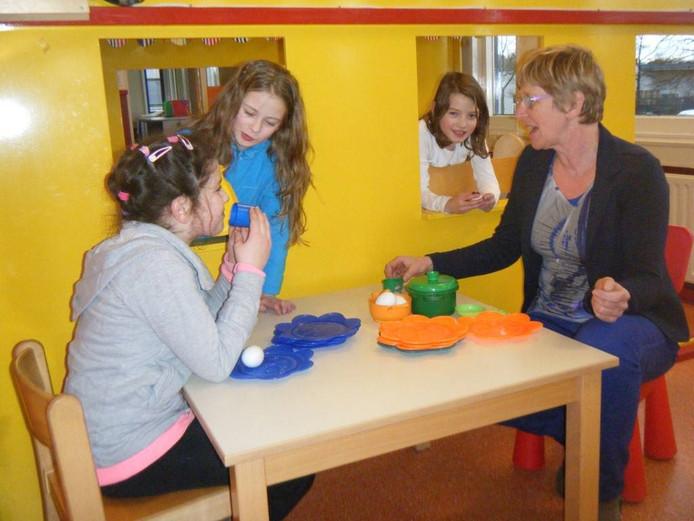 Jennie Tasseron (r) begon 26 jaar geleden met Kindercentrum 't Kasteeltje.