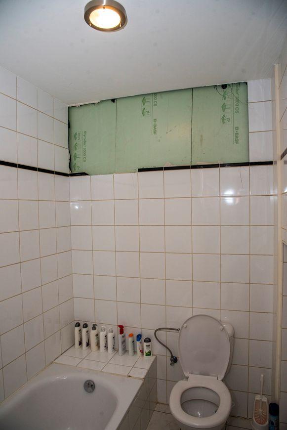 En plots zat een gat in de badkamer van de buren.