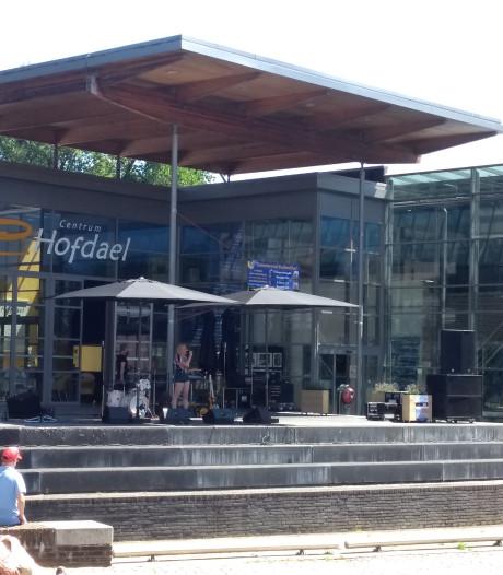 Publiek zoekt schaduw bij zomerse muziekmiddag Hofdael in Geldrop