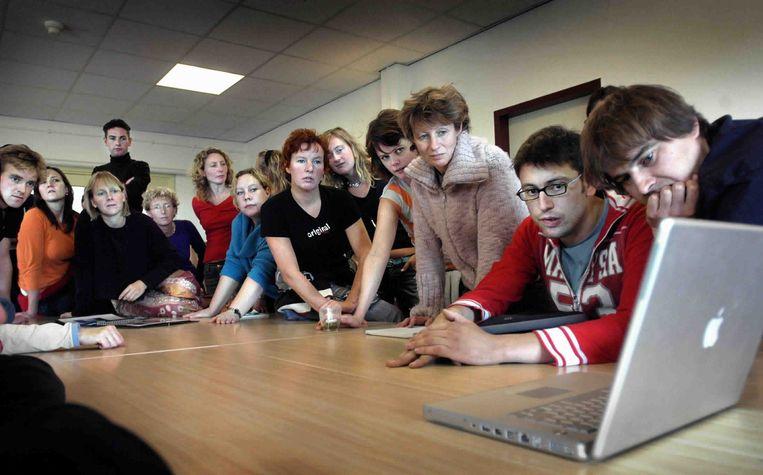 Hbo-studenten kijken naar een presentatie op een laptop, 2004. Beeld null