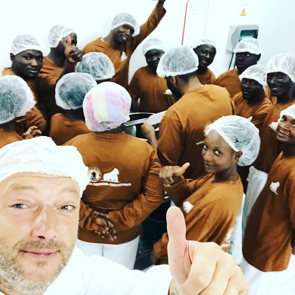 Chocolatier Dominique Persoone leidde in Congo vijftien mensen op om chocoladerepen te kunnen maken.