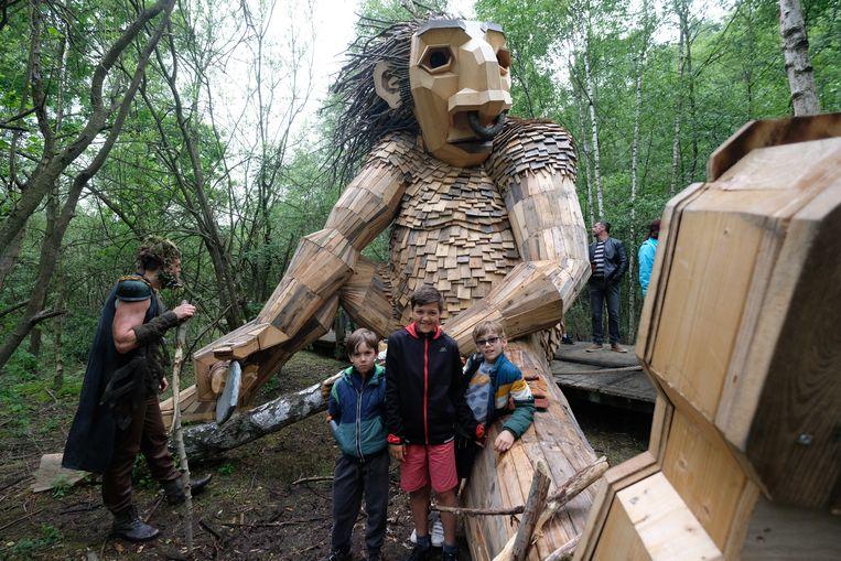 Hannes (rechts) kwam samen met Rhune en Lou met de trollen kennismaken en werd meteen vriendjes.