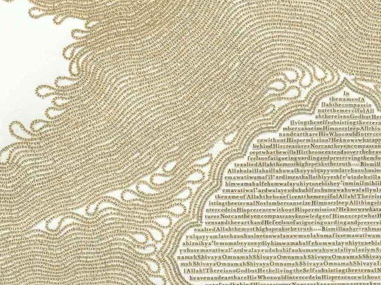 'Throne', de tekst van het bijbelboek Openbaring, gemaakt met letters uit de Koran. Rechtsonder staat een gebed uit de Koran. Beeld Meg Hitchcock