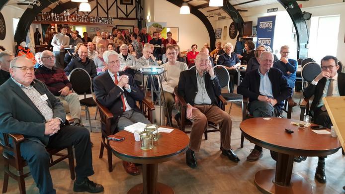 Veel belangstellenden voor de expositie. Vooraan zittend v.l.n.r.: Jan van de Zand uit Tuindorp, Wim Burgering, Willem Wolters, voormalig eigenaar scheepswerf de Hoop Jan Reint Simt en burgemeester Luciën van Riswijk van Zevenaar.