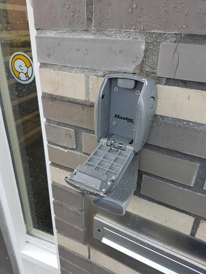 Een opengebroken sleutelkastje.