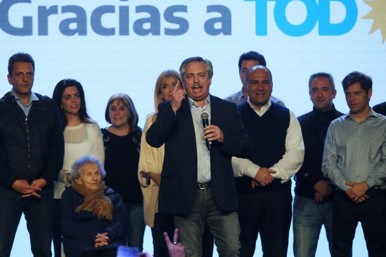 Presidentskandidaat Alberto Fernandez spreekt op de verkiezingsavond zijn aanhangers toe.  Beeld REUTERS