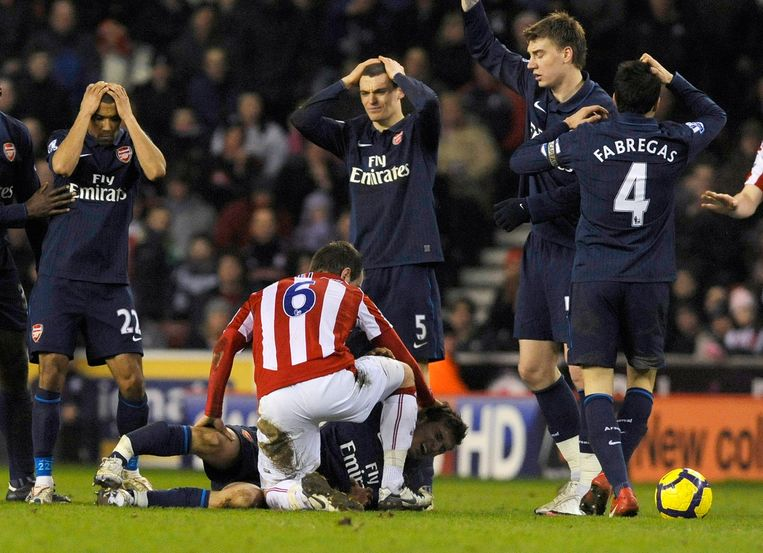 Aaron Ramsey liep een beenbreuk op tegen Stoke, zijn ploegmaats (onder anderen Thomas Vermaelen) kunnen hun ogen niet geloven.