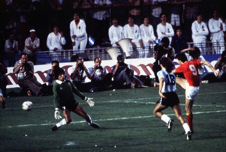 Erwin Vandenbergh scoort tegen de Argentijnen in de openingswedstrijd van het WK in 1982.
