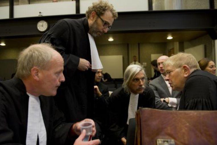 De advocaten van de benadeelde partijen overleggen maandag bij aanvang van het proces tegen Geert Wilders. ANP Beeld