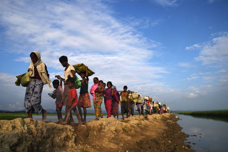 Rohingya moslimvluchtelingen uit Myanmar op weg naar het Balukhali vluchtelingenkamp in Bangladesh. Archieffoto. De Verenigde Staten maken het moeilijker voor inwoners van Myanmar en Laos om een visum te bemachtigen. Washington doet dat omdat de Zuidoost-Aziatische landen hun uit de VS gedeporteerde burgers weigeren te aanvaarden.
