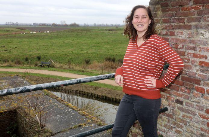 Renske Berckmoes op de Stenen Beer met zicht op de polder waar haar ouderlijk huis staat