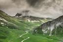 Onder voorbijrazende wolken krijgt de Galibier een grimmige sfeer.