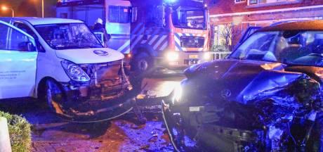 Frontale botsing op Bredeweg: twee personen gewond en aanzienlijk veel schade