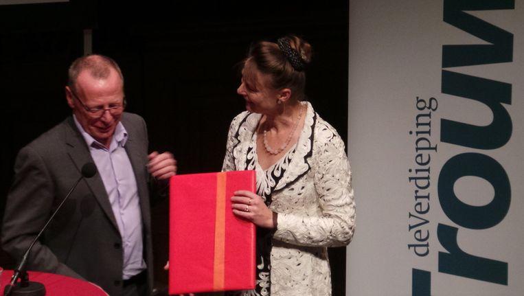 Hoofdredacteur Willem Schoonen met de winnaar van 2013: Marjan Minnesma Beeld Trouw