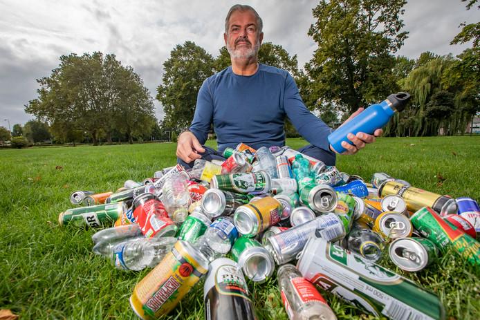 Rob van Holstein van het Cleanup Team Westland wil een miljoen petflesjes en blikjes inzamelen. Hij krijgt daarbij onder meer hulp van basisschool De Vlieten uit De Lier.