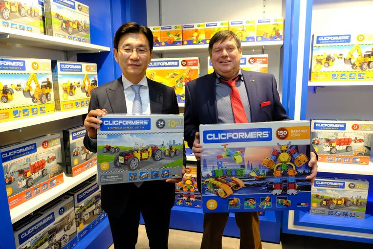 Zaakvoerder Hedwig Van Roy (rechts) met zijn Zuid-Koreaanse zakenpartner van Gym World.