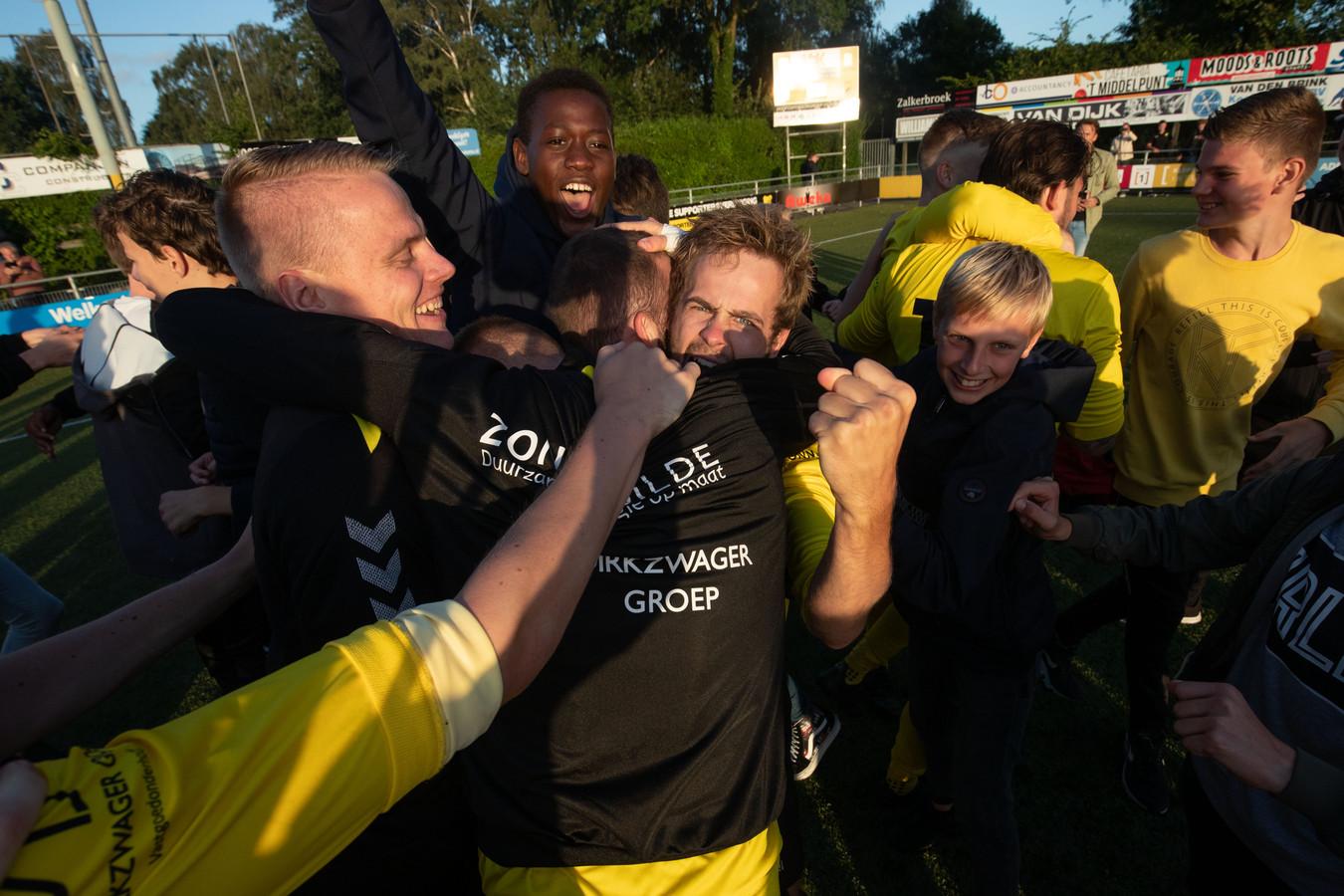 De derby tussen DOS Kampen en Go Ahead Kampen is inmiddels in volle gang. Hebben de spelers van DOS na afloop opnieuw een reden voor een feestje?