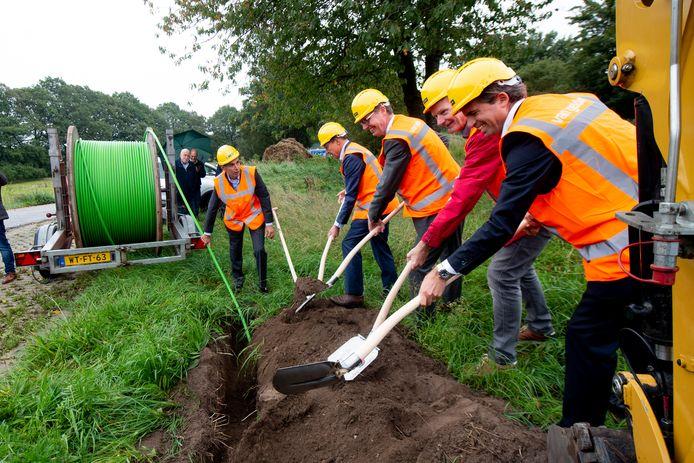 Wim Willems (midden) stak vorig jaar de eerste schop in de grond voor de aanleg van breedband in het buitengebied.