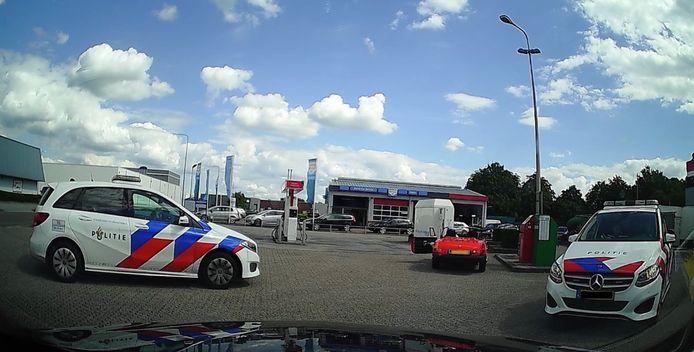 Bewakingsbeeld vanuit de taxi in Heino nadat de politie is gearriveerd om de doorgeslagen klant te overmeesteren.