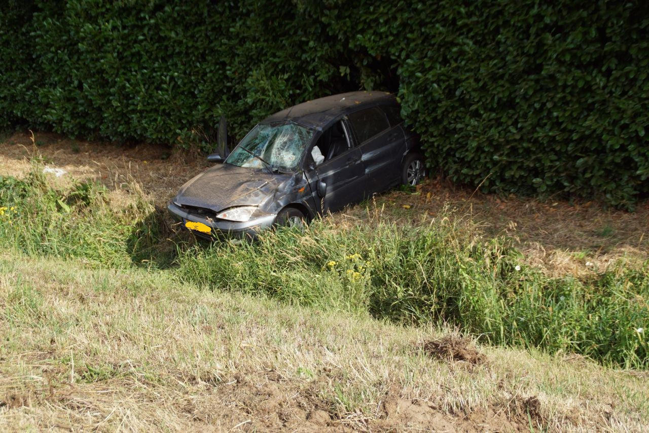 De auto belandde over de sloot in de bosjes in de berm langs de A18.