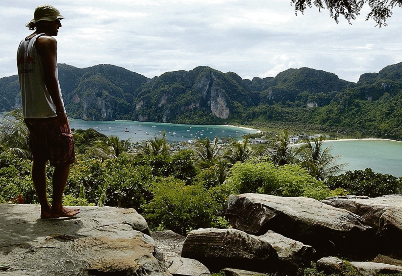 Een backpacker op een populaire locatie: Phi Phi-eiland, Thailand.