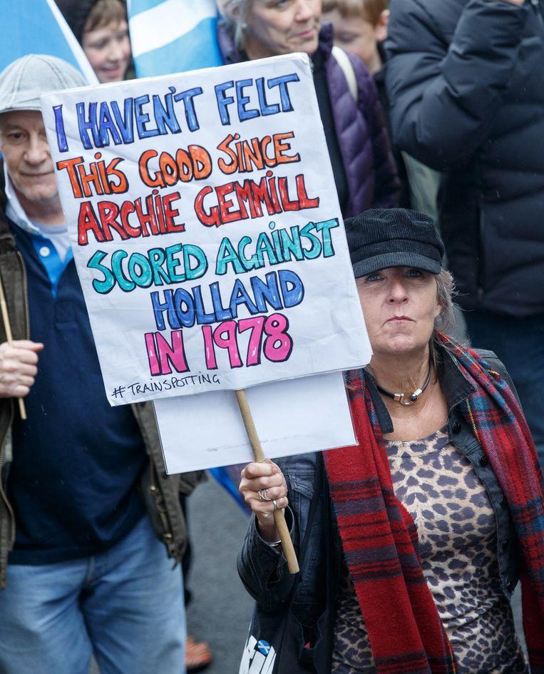 Met protestborden maken deelnemers duidelijk dat Schotland zich moet losmaken van Engeland. Beeld EPA