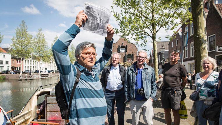 Cees Pfeiffer van de Historische Kring Weesp verovert in een handomdraai de harten van zijn Amsterdamse gasten. Beeld Dingena Mol