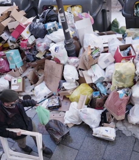 Les ordures s'entassent dans les rues de Madrid après les chutes de neige record