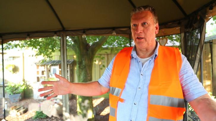 Buurtbewoner Chris vangt Belgische schoolkinderen op na busongeluk
