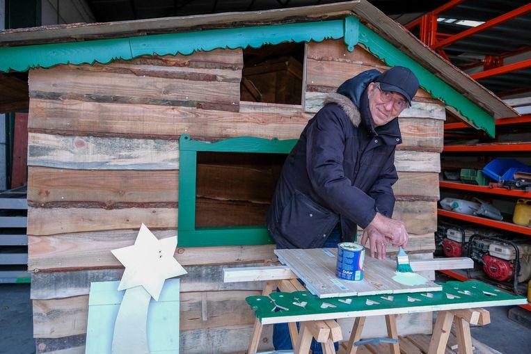 Jan is volop bezig met de verfraaiing van de kerststal.
