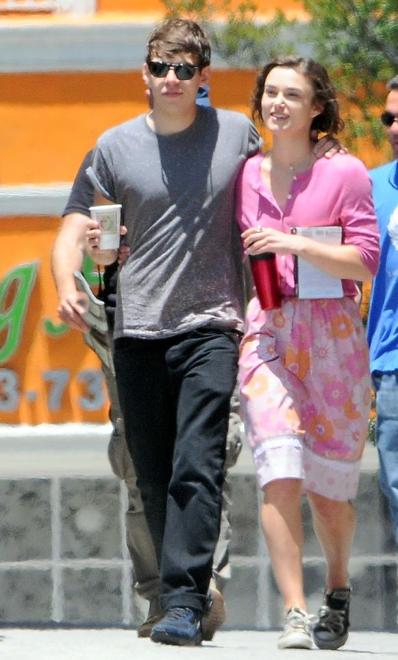 Keira en verloofde James Righton op de filmset van 'Seeking a Friend for the End of the World'.