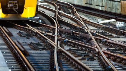 Vrouw redt man van treinspoor en wordt beroofd