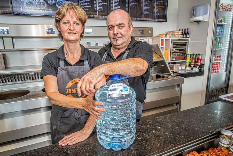 Patricia Laveyne en Jimmy Taveirne van Jimmy's Fritshop  met hun fles nooddrinkwater.