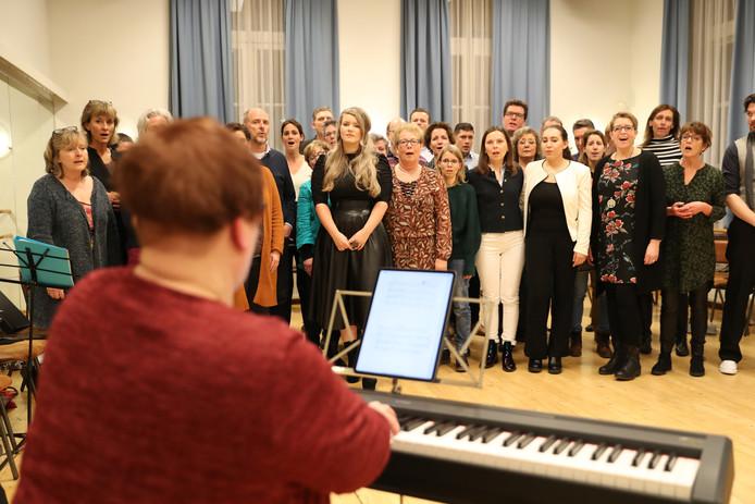 Het koor met de solo zangers aan het repeteren tijdens presentatie voor The Passion in Nuenen