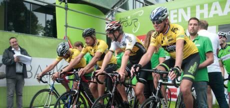 Vlissingse wegen dicht en auto's aan de kant voor de wielrenners van de Binck Bank Tour