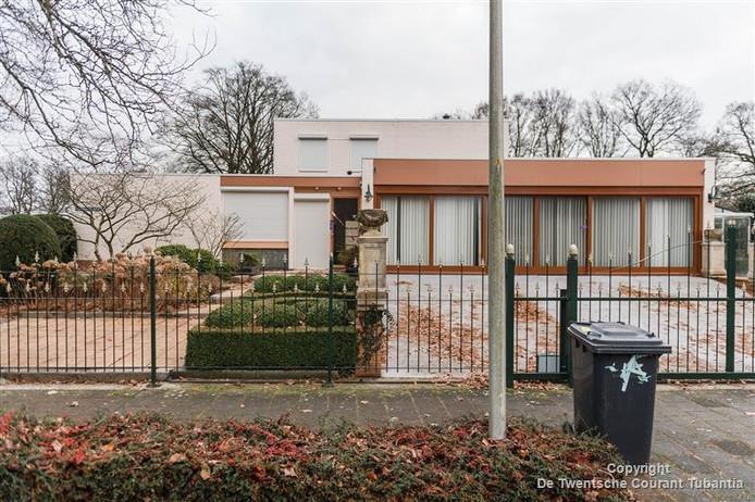 De 70-jarige Rijssenaar werd in zijn eigen villa zwaargewond achtergelaten.