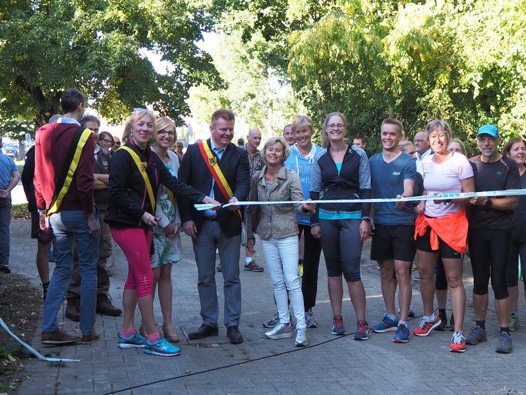 Schepenen Ulrike Vanhessche, Romina Vanhooren, burgemeester Anthony Dumarey, Ann De Bruycker van Sport Vlaanderen en enkele Oudenburgse lopers openen het parcours officieel.