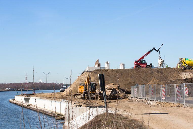 Werken aan de brug in Zutendaal zitten op schema, eind volgende maand wordt de nieuwe brug ingevaren.