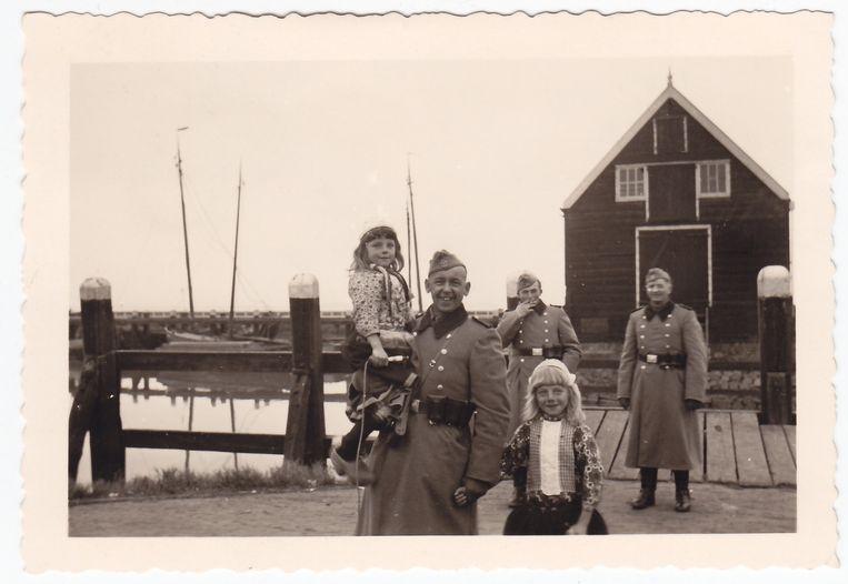 Leden van de Grüne Polizei van een ongebruikelijke kant: op de kiek met kinderen in Marken. Beeld Collectie Gerard Groeneveld