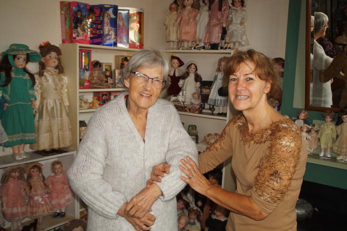 Dochter Margriet ondersteunt moeder Lanie temidden van een deel van haar duizend zelfgemaakte poppen.