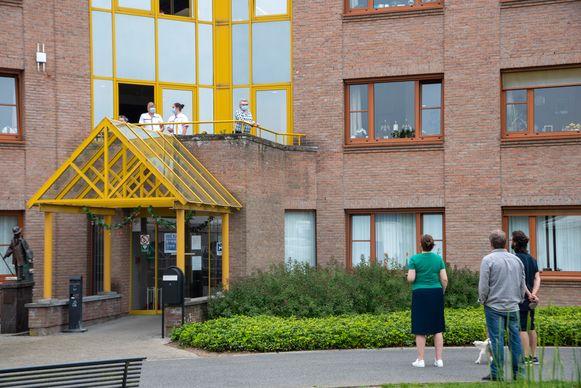 Moederdagbezoek in WZH Molenkouter in Wichelen met mama even op het balkon.