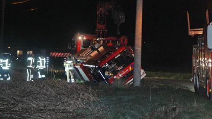 Brandweerwagen glijdt in Deerlijkse gracht op weg naar schouwbrand