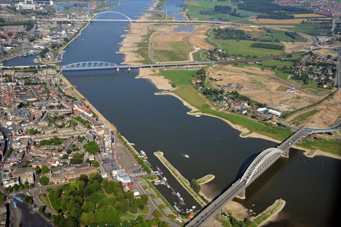 De drie Nijmeegse Waalbruggen, met bovenaan de Oversteek en onderaan de stadsbrug.