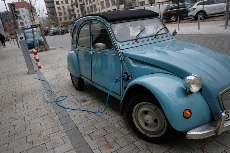 Vorig jaar gespot in Berlijn: een oude eend omgebouwd met een elektromotor onder de kap  Beeld Getty Images