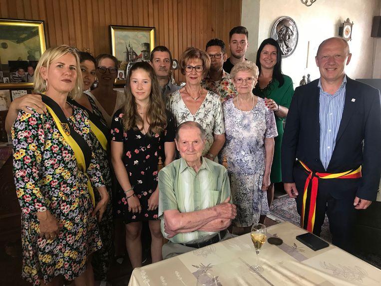 De 100-jarige Jean met zijn familie en het stadsbestuur.
